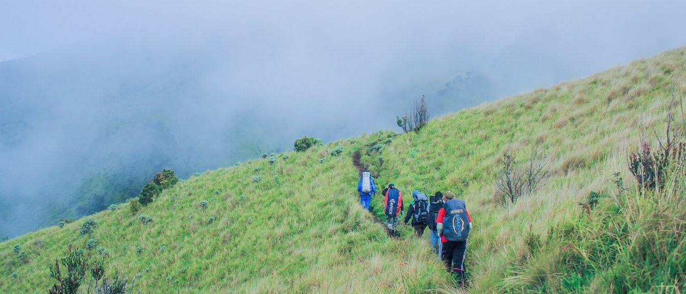 Mau Mendaki di Musim Hujan? Ini 10 Jenis Perlengkapan Pendakian yang Mesti Dipersiapkan