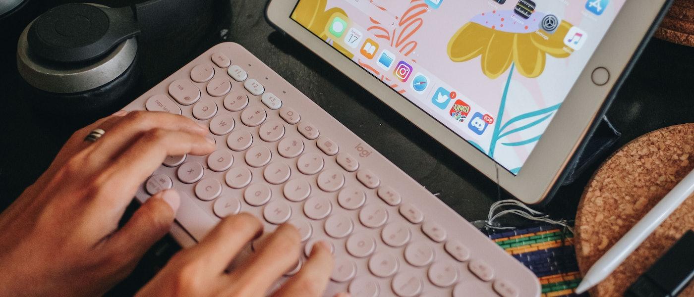 7 Aksesoris iPad untuk Meningkatkan Produktivitas Bekerja Rekomendasi Lifestyle Blogger Agi Tiara