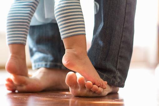 Usia 6-12 bulan, pilih legging ujung terbuka yang fleksibel untuk bayi aktif