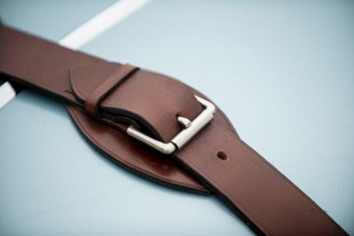 Leather: Nyaman dipakai dan memberikan kesan vintage