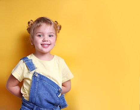 Pastikan pengait bajunya mudah dipasang dan dilepas oleh anak