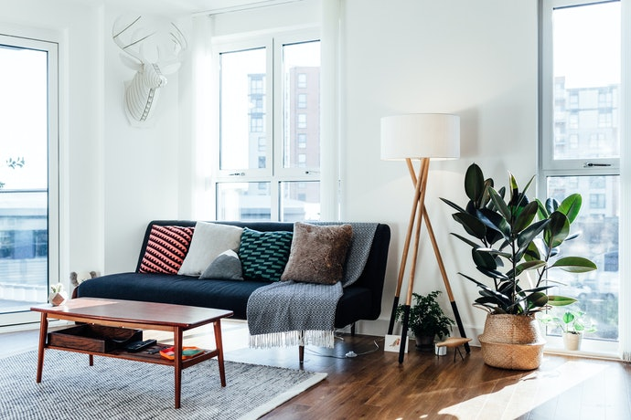 Pastikan warna atau coraknya senada dengan interior ruangan