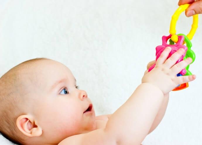 Pertimbangkan teether yang juga dapat dijadikan mainan