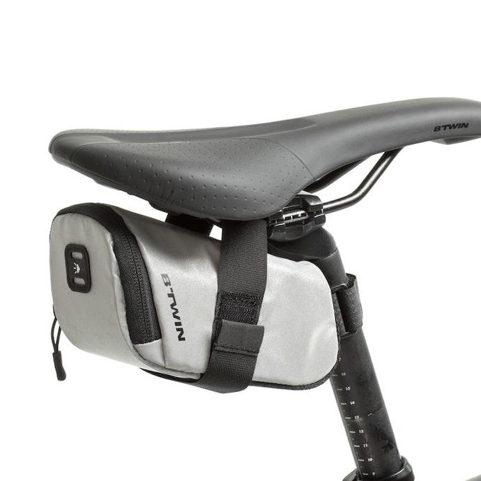 Tas sepeda : Dapat dikaitkan pada bagian sadel