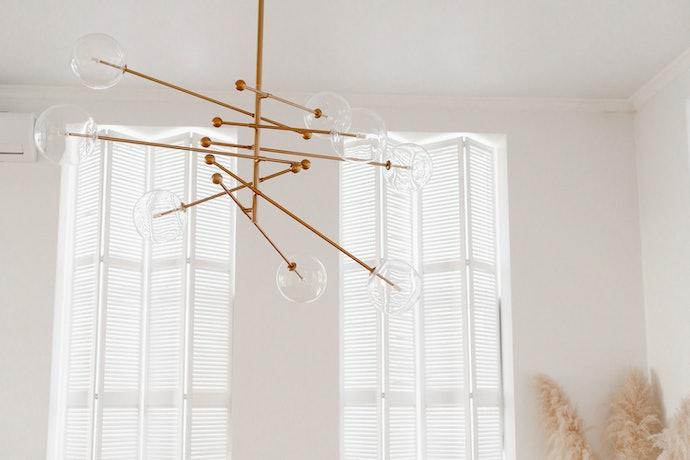 Hiasan yang digantung di langit-langit, memperindah area atas kamar