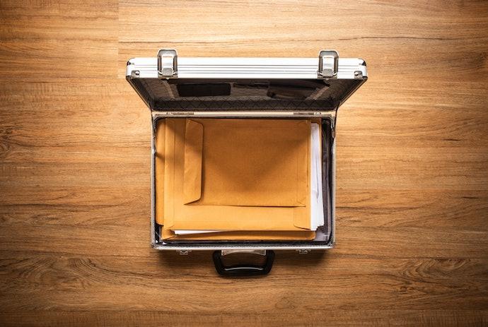 Tas dokumen koper, memiliki sistem pengaman dan mampu membawa banyak dokumen