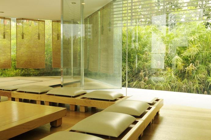 Sesuaikan warna tirai bambu dengan interior ruangan