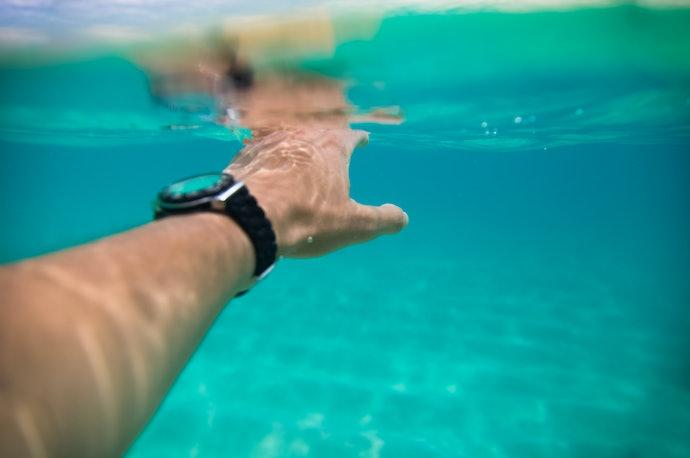Cek resistensi jam tangan terhadap air