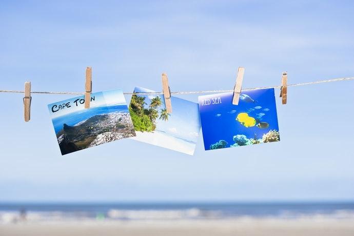 Periksa variasi pola atau desain pada kartu pos dalam satu set