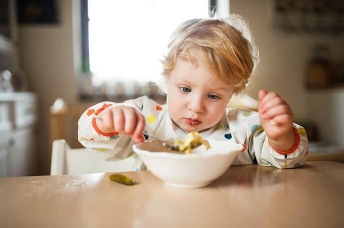 Celemek makan bayi: Utamakan yang memiliki kantong