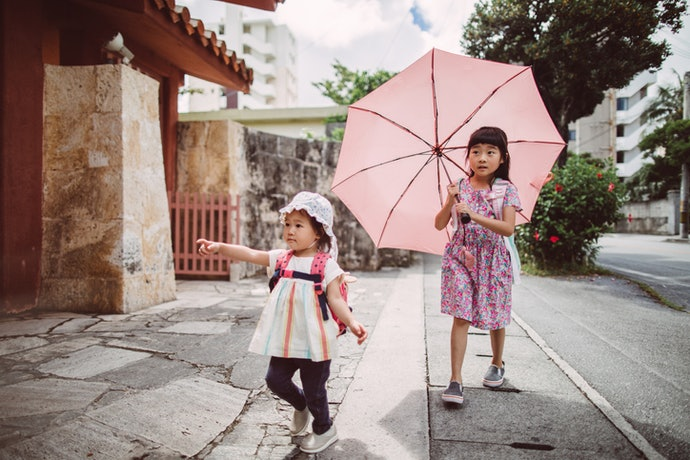 Payung lipat, mudah dimasukkan dalam tas sekolah