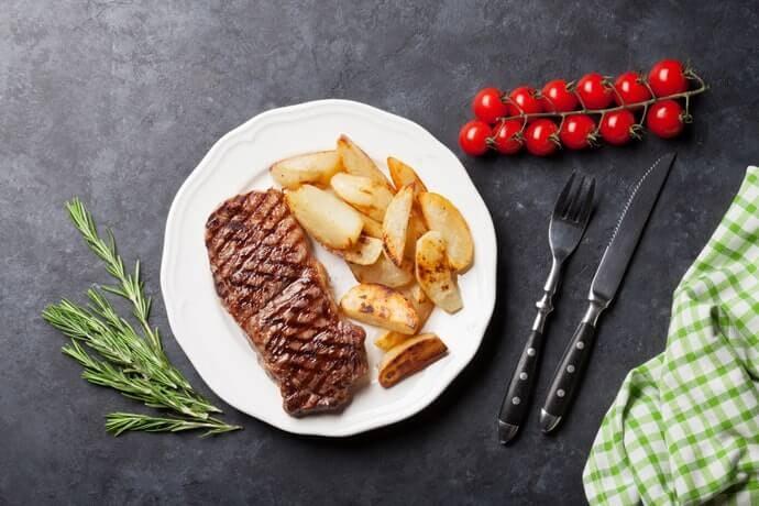 Garpu makan: Berukuran standar, digunakan untuk menyantap hidangan utama