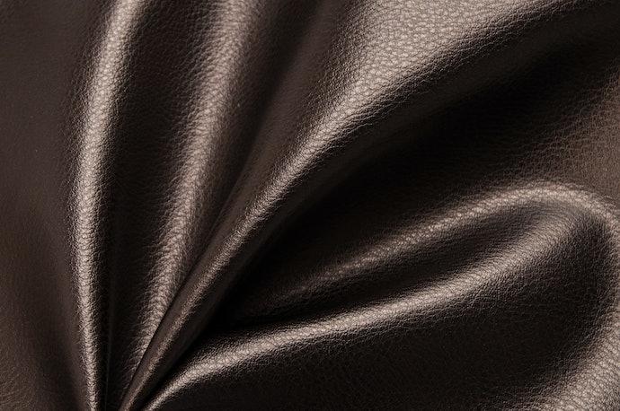 Kulit sintetis (synthetic leather/PU leather), harganya cenderung lebih murah