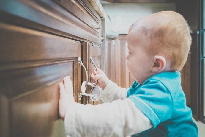 Pilih produk dengan kunci ganda yang aman untuk si kecil