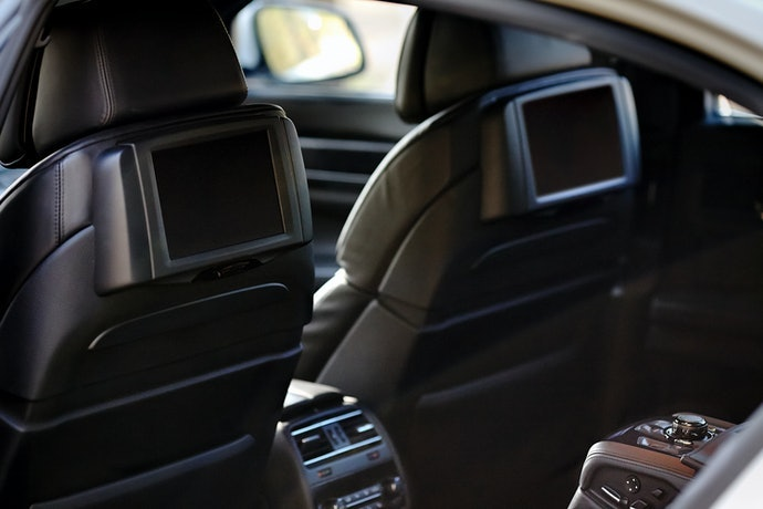 Ketahui diameter dan jarak kedua tiang headrest yang akan dipasangi monitor