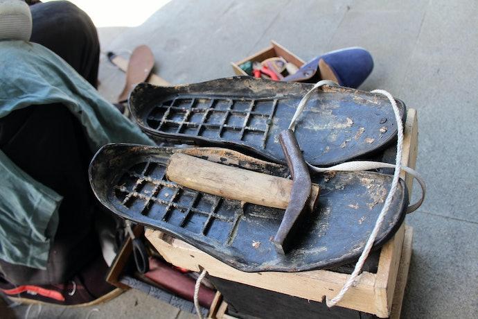 Pilih sandal wedges karet yang nyaman digunakan sehari-hari