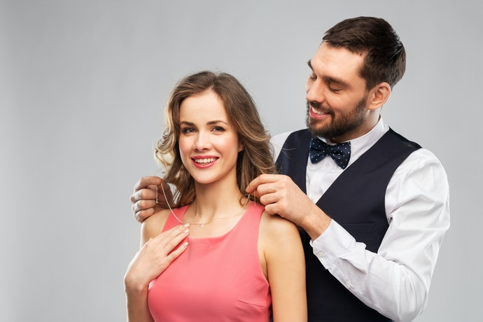 Tips memilih model kalung titanium untuk wanita berdasarkan bentuk wajah