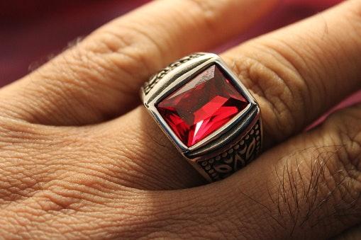 Sesuaikan lebar cincin dengan panjang jari