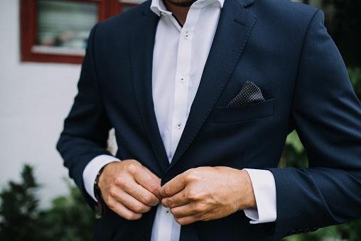 Slim fit: Model jasnya ketat mengikuti lekuk tubuh Anda