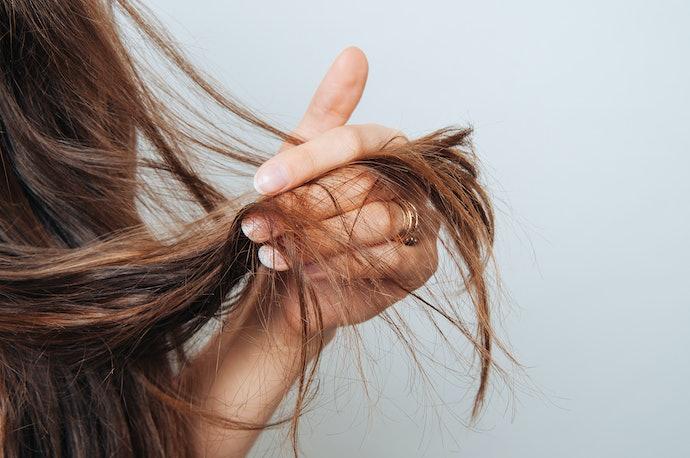 Rambut kering dan rusak, pilih shampoo yang melembapkan