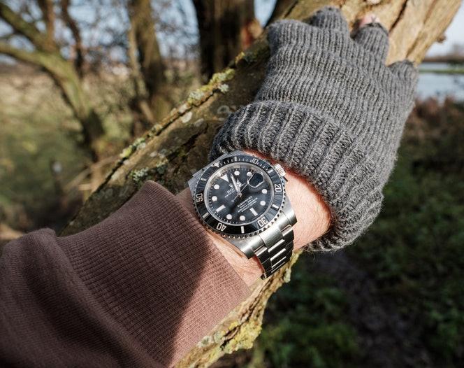 Bagi Anda yang sering melepas jam tangan, perhatikan juga sistem daya cadangannya