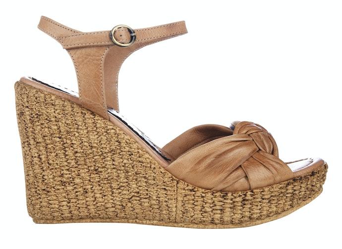 Model espadrilles: Sandal dengan sol berhiaskan tali anyaman