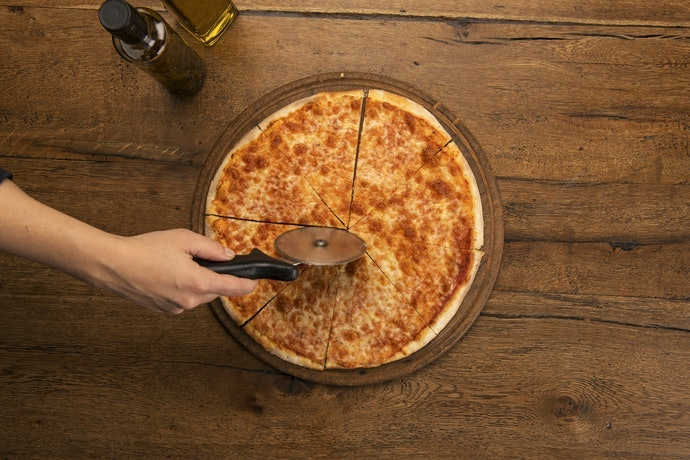 Cara menggunakan pizza cutter / pisau pemotong pizza dengan benar