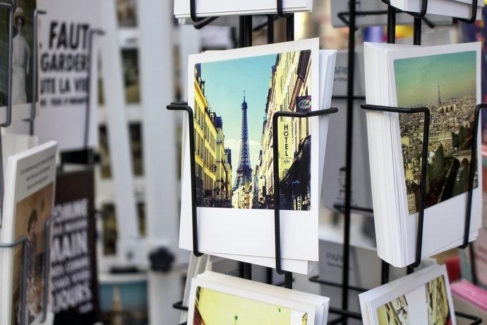 Pilihlah yang berdesain foto pemandangan atau pola berulang bila digunakan sebagai dekorasi