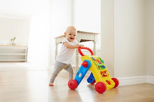 Untuk melatih anak belajar jalan dan bergerak, pilih push walker, stand up toys, atau bola