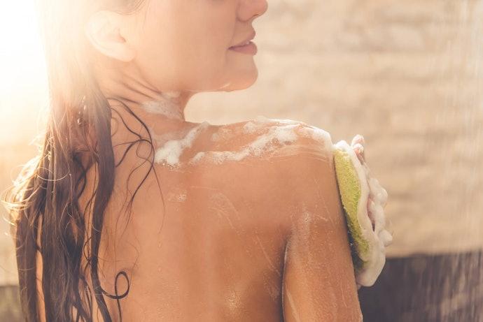 Body wash: Mengangkat kotoran di permukaan kulit, serta menyegarkan tubuh
