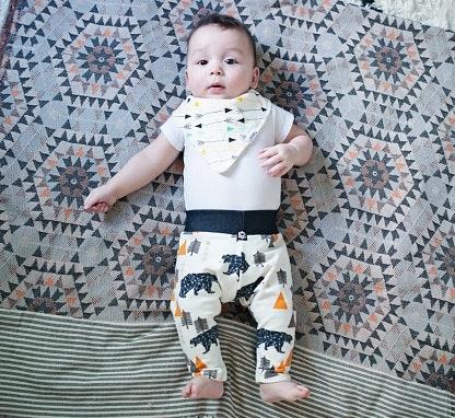 Bayi laki-laki: Cocok dipakaikan legging dengan motif dan warna yang maskulin