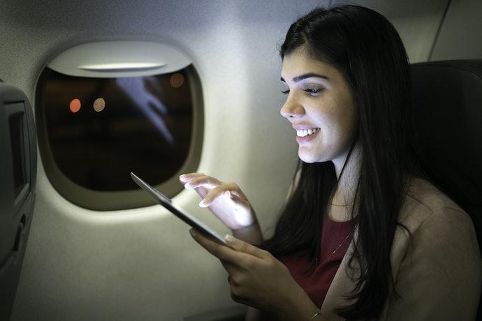 Gunakan aplikasi novel yang bisa dibaca secara offline ataupun online