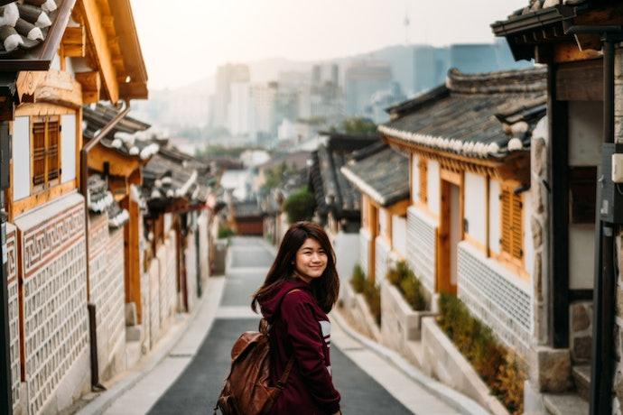 Untuk travelling, cari yang dilengkapi contoh percakapan sehari-hari
