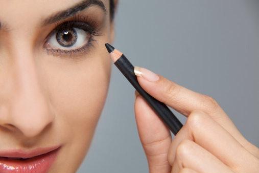 Eyeliner pensil dapat langsung diaplikasikan