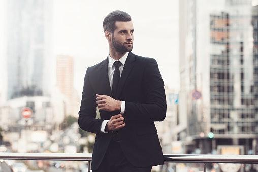 Pastikan ukuran dasinya pas dengan postur tubuh Anda