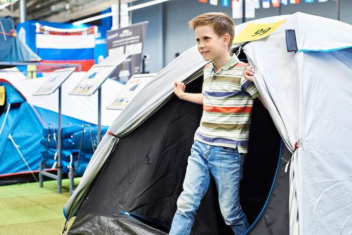Libatkan anak dalam memilih tenda yang hendak dibeli