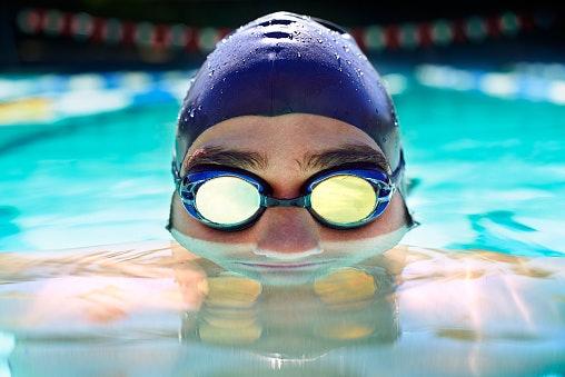 Apa keuntungan menggunakan topi renang saat berenang?