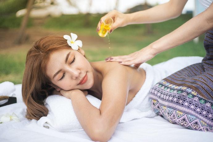 Massage oil: Merelaksasi otot tubuh dan menenangkan pikiran