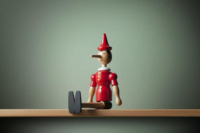 Boneka kayu modern, biasanya terinspirasi dari dongeng atau film