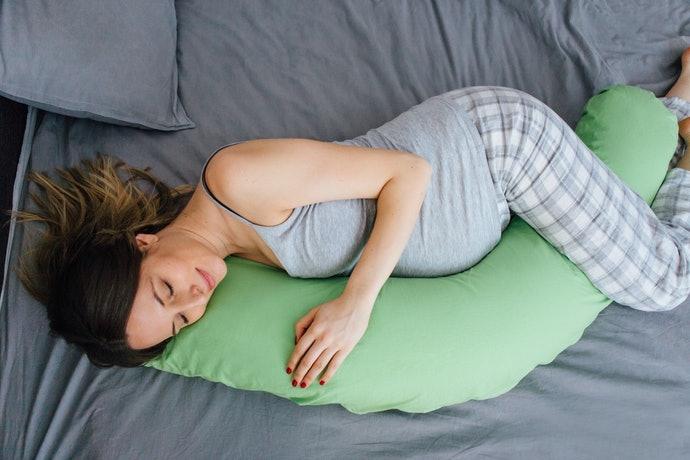 Untuk Anda yang hamil tua, pilihlah bantal guling berbentuk bulan sabit
