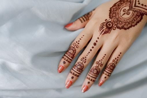 Henna tangan dan kuku: Menjadi riasan pesta yang cantik