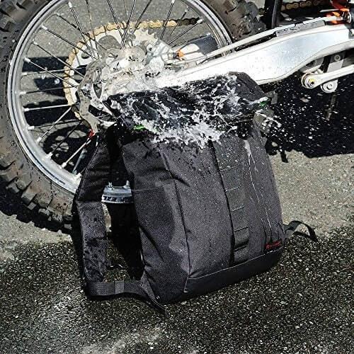 Pertimbangkan tas waterproof agar lebih aman saat mendadak turun hujan