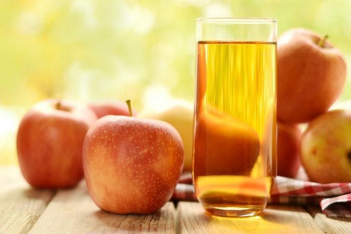 Perhatikan warna dari jus apel segar. Jernih atau keruh?
