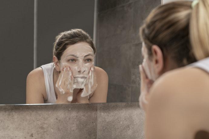Cleanser: Membersihkan dan merawat kulit berjerawat dengan kandungan mineral zinc