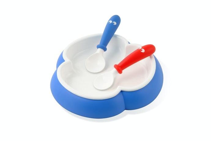 Produk yang dapat digenggam kedua tangan : untuk bayi yang belum bisa menemukan tangan dominannya