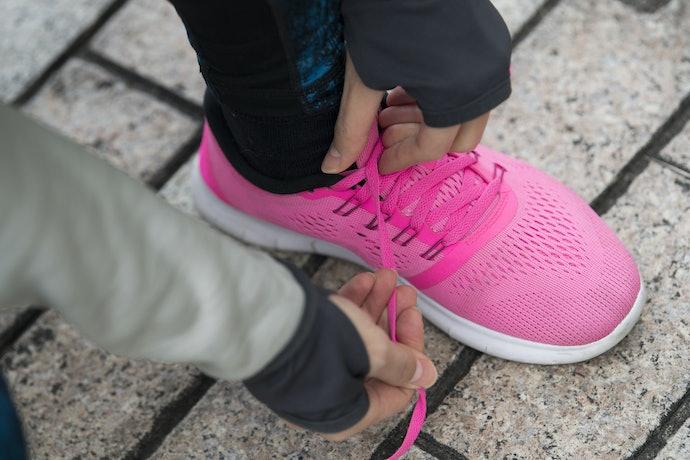 Sepatu lari: Ringan dan sirkulasinya bagus agar kaki tidak mudah bau