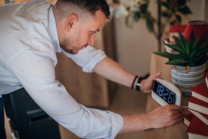 Posisikan jam meja digital di tempat yang sesuai