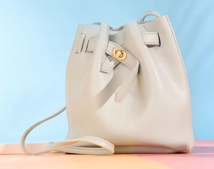 Pilih penutup tas berdesain serut untuk tampilan ala Korean style