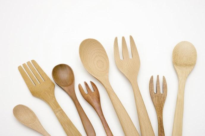 Kayu atau bambu, unik dan tidak berisik saat beradu dengan piring