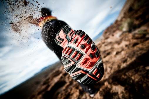Untuk bertualang, pilih bentuk sepatu yang kukuh dengan sol kuat